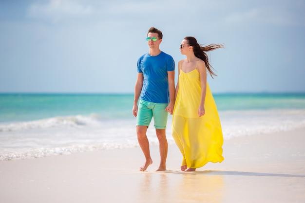 Jeune famille heureuse pendant les vacances à la plage tropicale