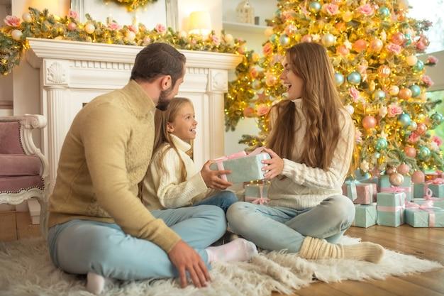 Jeune famille, heureux, ouverture des cadeaux de noël