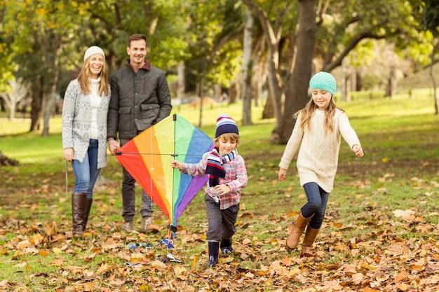 Jeune famille jouant avec un cerf-volant