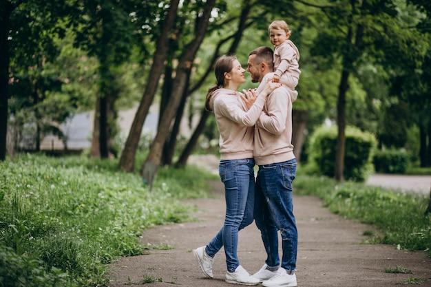 Jeune famille avec leur petit bébé dans le parc
