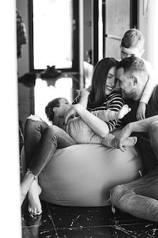 Jeune famille avec leurs fils à la maison s'amuser