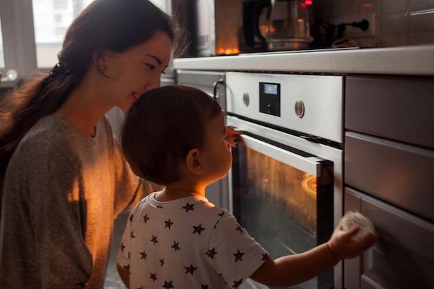Jeune famille multiethnique, faire un gâteau ensemble