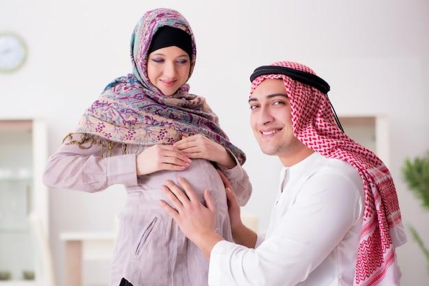 Jeune famille musulmane arabe avec une femme enceinte qui attend un bébé
