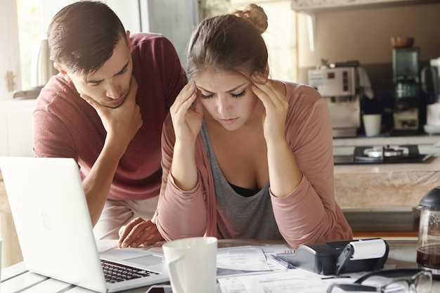 Jeune famille avec de nombreuses dettes face à un stress financier