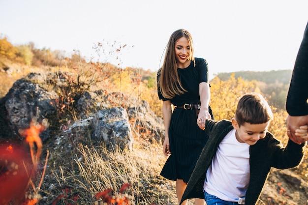 Jeune famille, à, petit fils, marche, dans parc