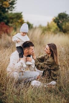Jeune famille avec petit fils s'amusant ensemble