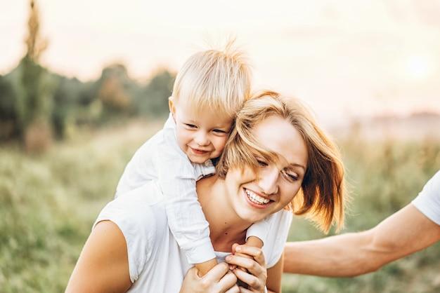 Jeune famille avec petit fils s'amuser en plein air
