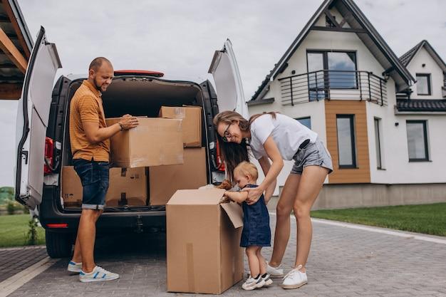 Jeune famille avec petite fille emménageant dans une nouvelle maison