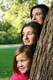 Jeune famille, prendre, sain, promenade, par, automne, parc