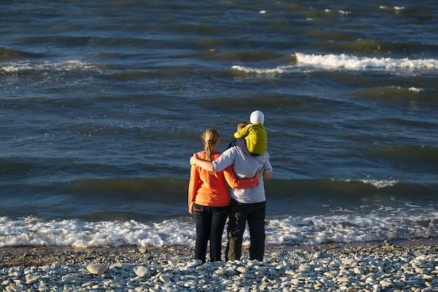 Jeune famille profitant d'une journée au bord de la mer