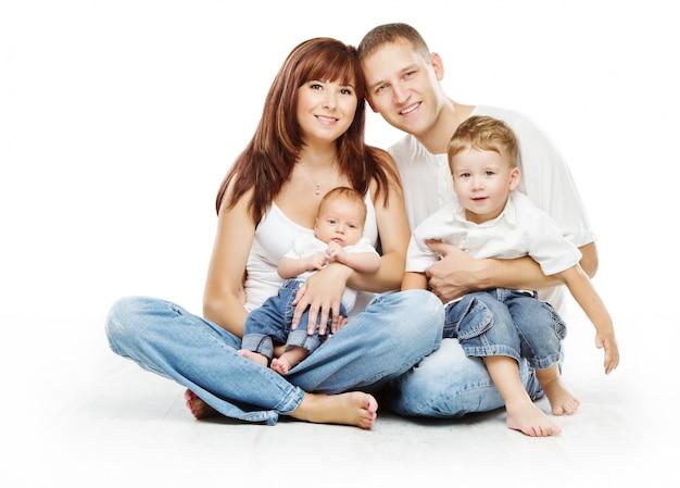 Jeune famille quatre personnes, père souriant mère et fils de deux enfants