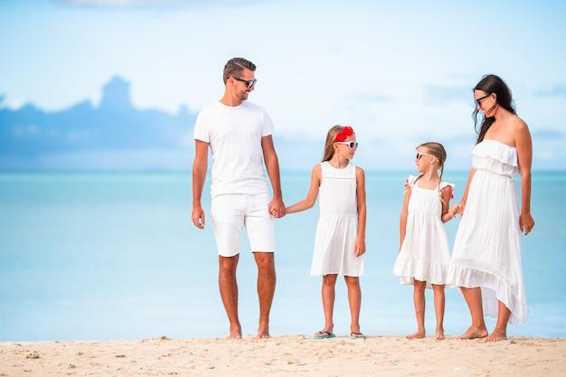 Jeune famille de quatre personnes en vacances s'amuser