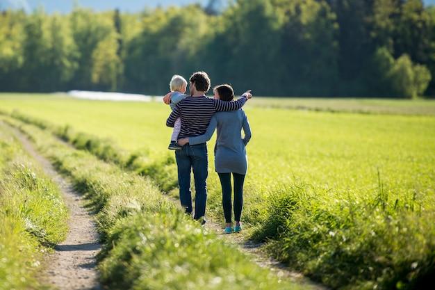 Jeune famille sur une route de campagne