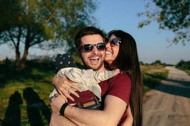 Jeune famille s'amuser et se détendre en plein air à la campagne