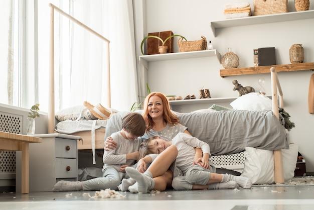Jeune famille se reposant ensemble dans le lit des parents
