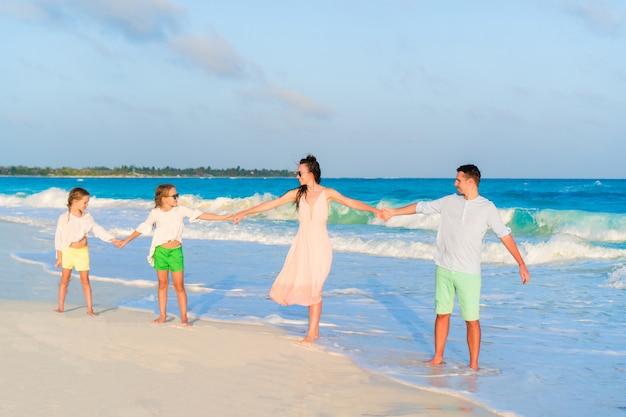 Jeune famille en vacances au coucher du soleil