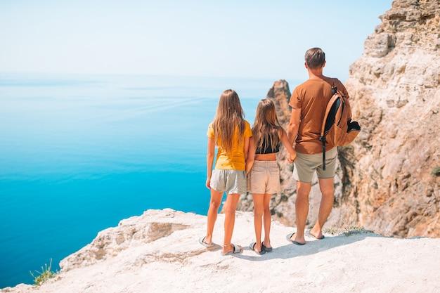 Jeune famille en vacances sur la plage