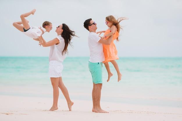 La jeune famille en vacances s'amuse beaucoup