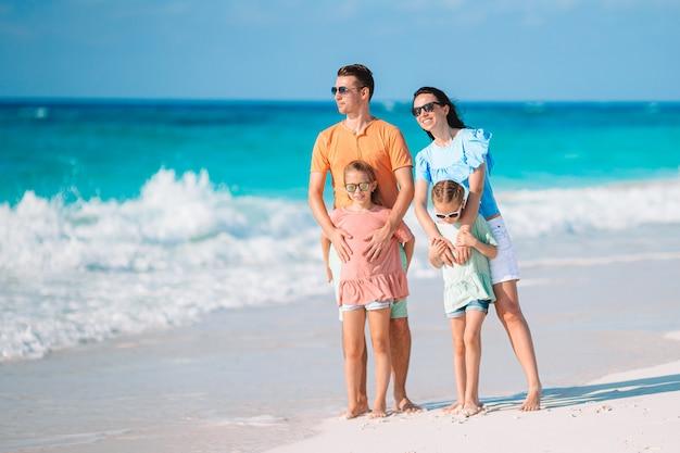 Jeune famille en vacances s'amuse beaucoup