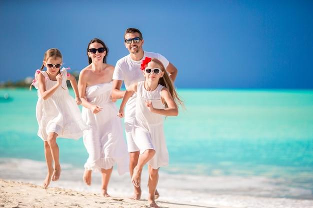 Jeune famille en vacances s'amuser