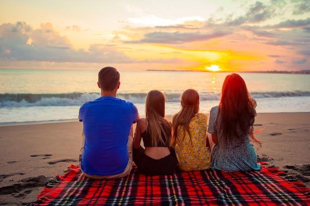 Jeune famille en vacances le soir