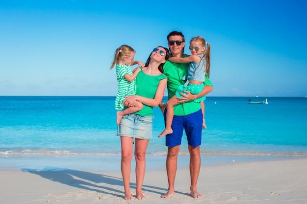 Jeune famille en vacances