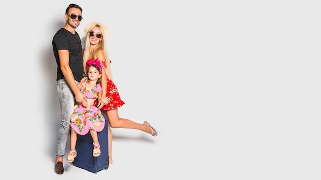 Jeune famille avec valise