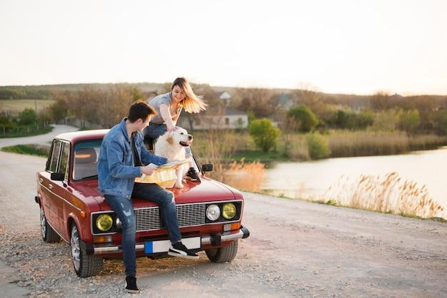 Jeune famille en voyage avec leur chien