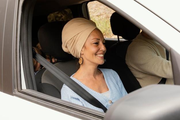 Jeune famille voyageant en voiture