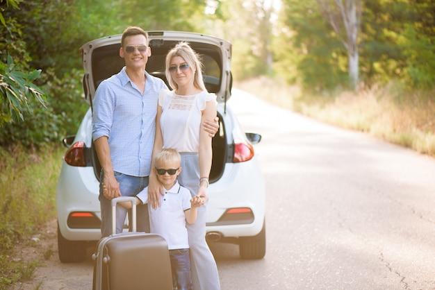 Jeune famille voyageant