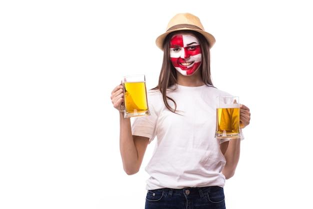 Jeune fan de football croate klick avec de la bière isolé sur mur blanc