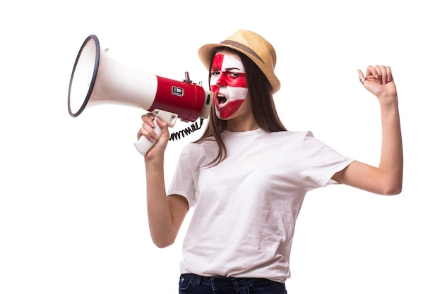 Jeune fan de football croate avec mégaphone solated sur mur blanc