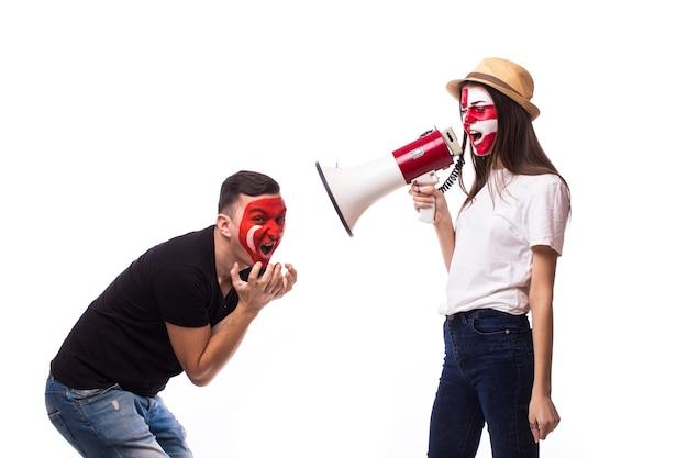 Jeune fan de football croate et tunisien avec mégaphone solated sur mur blanc