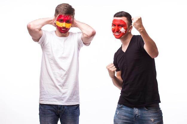 Jeune fan de football espagnol et tunisien avec mégaphone isolé sur mur blanc