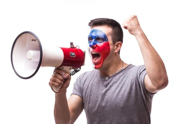 Jeune fan de football tchèque avec mégaphone isolé sur mur blanc