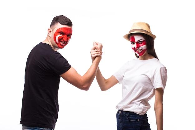 Jeune fan de football tunisien et croate isolé sur mur blanc