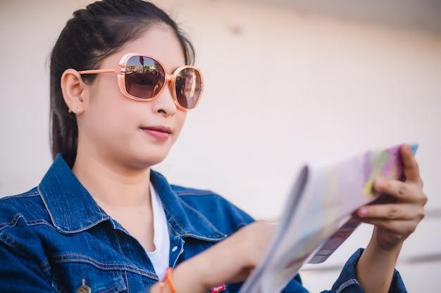 Jeune femelle asiatique avec carte