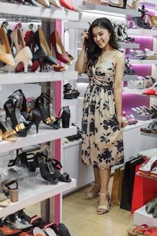 Jeune femme, achats, chaussures, dans, magasin