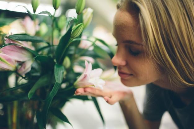 Jeune femme achetant des fleurs dans une jardinerie.