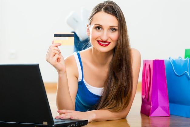 Jeune femme achetant sur internet