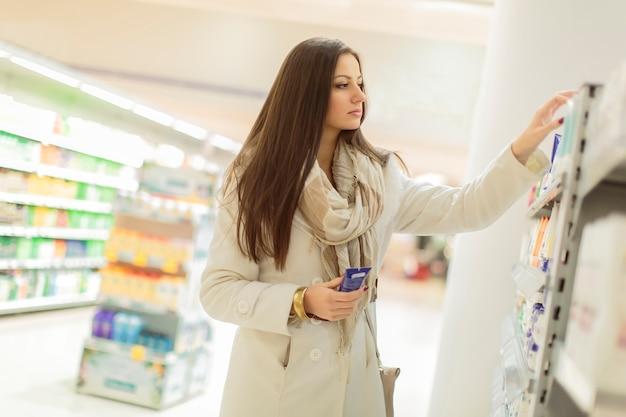Jeune femme achetant des produits de soins personnels