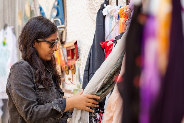 Jeune femme achète des vêtements