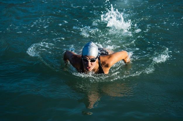 Jeune femme active appréciant la natation