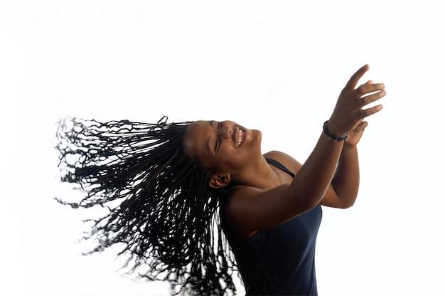 Jeune femme adolescente noire danse isolé