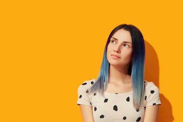 Jeune Femme Adulte Aux Cheveux Bleus Photo Premium