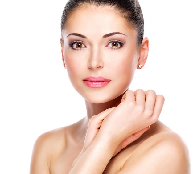 Jeune femme adulte avec beau visage - isolé sur blanc. concept de soins de la peau.