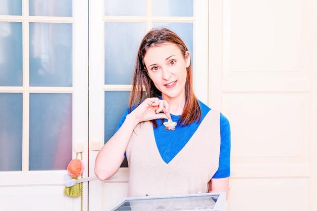Jeune femme adulte commandant des colliers et des bagues de printemps et d'été pour le changement de saison. concept de mode. femme coquette