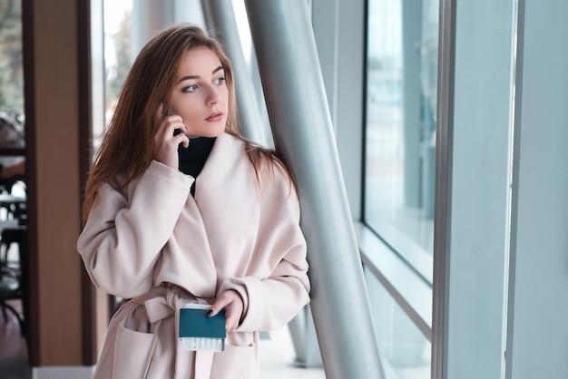 Jeune femme à l'aéroport international.