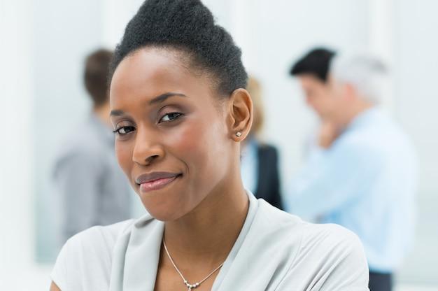 Jeune femme d'affaires africaine
