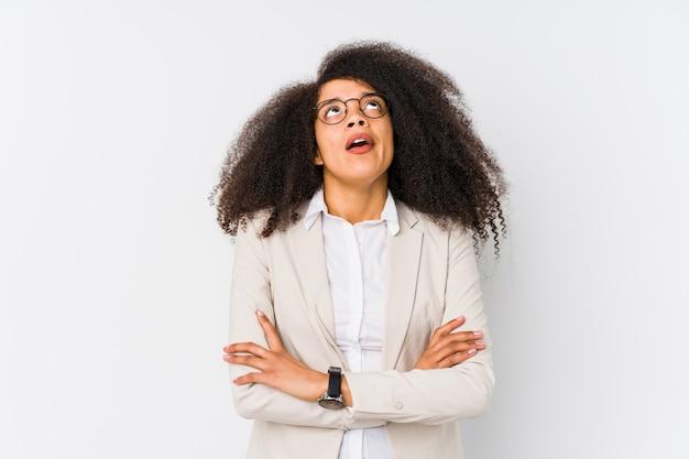 Jeune femme d'affaires afro-américaine fatiguée d'une tâche répétitive.